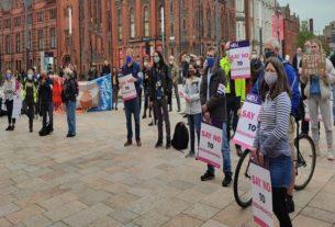 احتجاج الموظفين في جامعة ليفربول في مسيرة خلال الإضراب